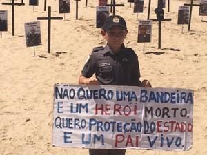 Filho de PM participa de protesto no Rio contra a morte de policiais (Foto: Alba Valéria Mendonça/G1)