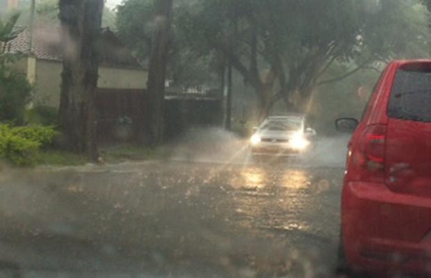 Chuva forte no Alto da Lapa (Foto: Roney Domingos/G1)