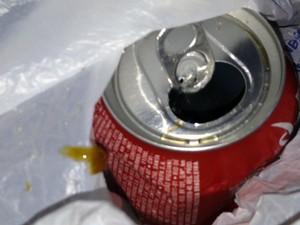 Uma substância gelatinosa saiu de dentro da lata de refrigerante (Foto: Isabella Urnikes/Arquivo Pessoal)