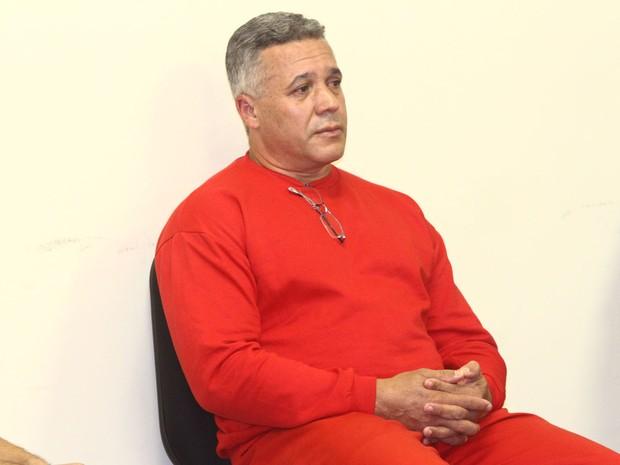 22/04/2013 - Bola está vestido com o uniforme vermelho da Subsecretaraia de Administração Prisional (Suapi). Na gola do moleton, ele carrega óculos de grau. (Foto: Maurício Vieira/G1)