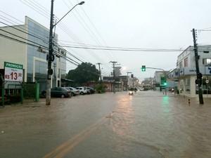Avenida Getúlio Vargas ficou inundada  (Foto: Ana Paula Batalha/Arquivo pessoal)