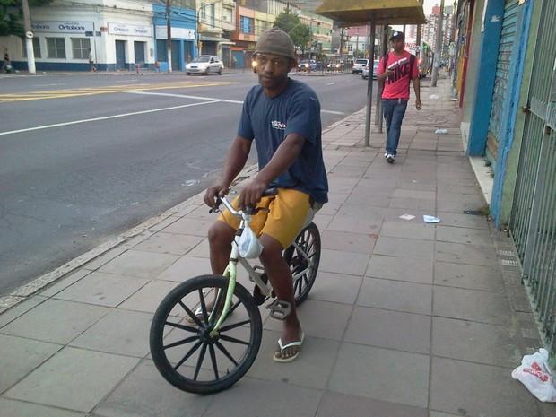 Servente de obras pegou a bicicleta da filha para poder chegar ao trabalho (Foto: Vanessa Felippe/RBS TV)