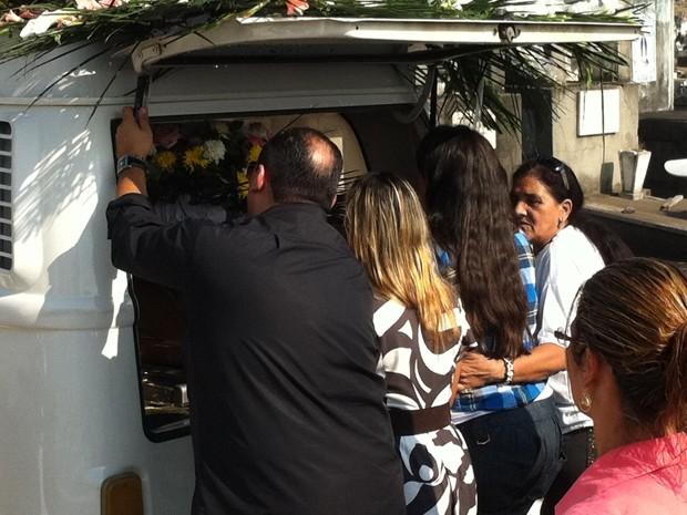 Filhas de Angelina Filgueiras na saída de capela do cemitério de Inhaúma (Foto: Rodrigo Vianna/G1)