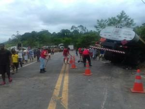 Pista precisou ser interditada após acidente na BR-101 (Foto: Divulgação / Polícia Rodoviária Federal )