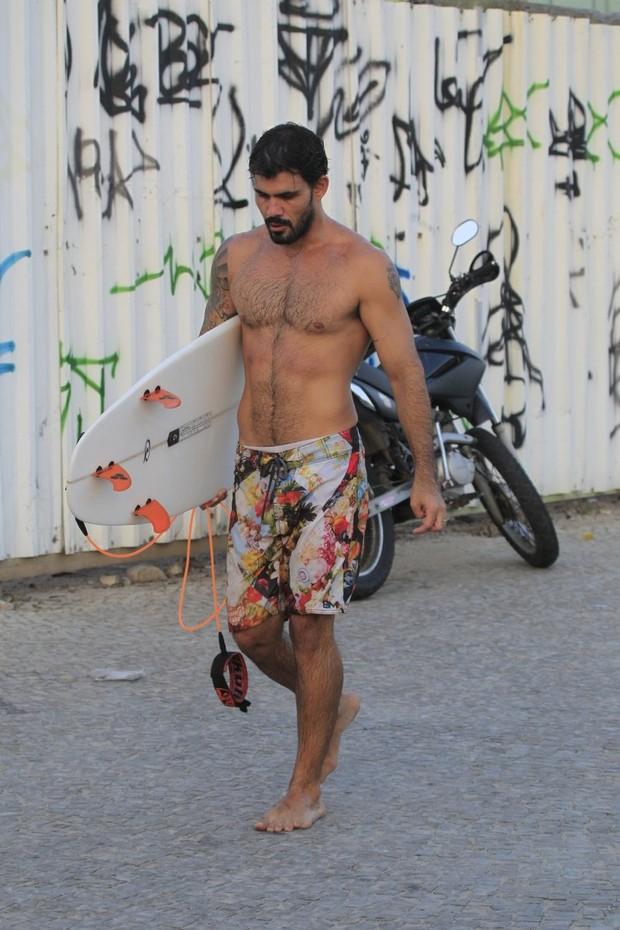 Juliano Cazarré surfando no Rio (Foto: Delson Silva/AgNews)