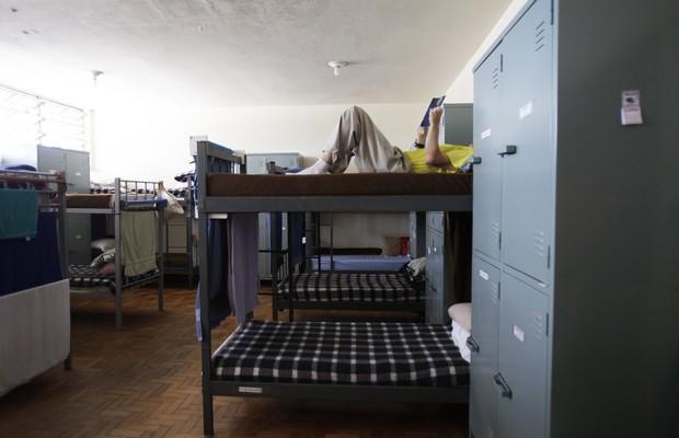 Os detentos com bom comportamento trocam as celas com trava por alojamentos abertos. Ali, leem jornal e assistem à programação da TV aberta (Foto: Rogério Cassimiro/ Época)