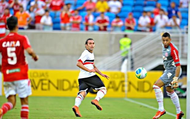 Léo Gamalho observa a bola ir para o fundo das redes do América-RN (Foto: Aldo Carneiro - Pernambuco Press)