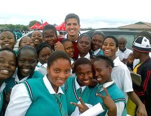 Getulio Vargas com crianças no Soccer Day (Foto: Divulgação / Arquivo Pessoal)