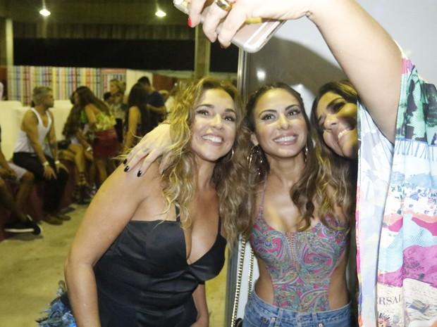 Daniela Mercury e Malu Verçosa posam com Alinne Rosa (no centro) em show em Salvador, na Bahia (Foto: Fred Pontes/ Divulgação)