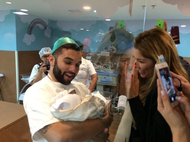 Jonanthan Costa festejando o nascimento de Salvatore, seu filho com Antonia Fontenelle (Foto: Ego)