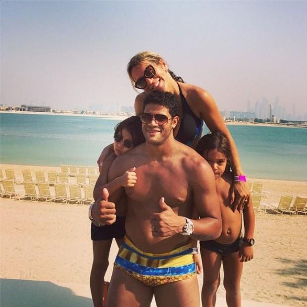 Hulk com a família em Dubai  (Foto: Instagram / Reprodução)