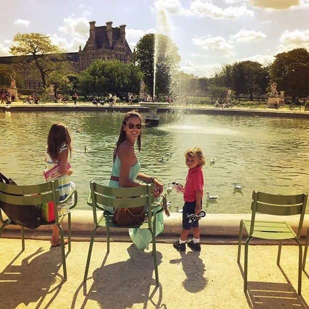 Alessandra Ambrósio curte Paris com os filhos (Foto: Instagram)