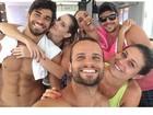 Hugo Moura posa com Deborah Secco e exibe abdômen trincado após treino