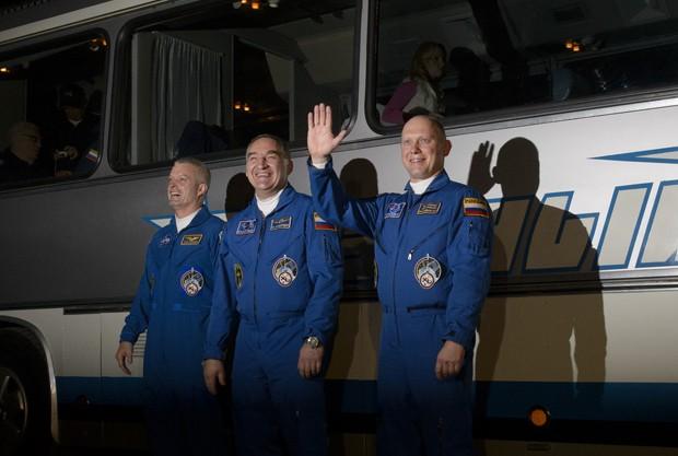 O engenheiro de voo Steve Swanson, da Nasa (esquerda), o comandante da Soyuz Alexander Skvortsov, da agência federal espacial russa (Roscosmos), e o engenheiro de voo Oleg Artemyev, também da Roscosmos, são fotografados nesta terça-feira (25) em Baikonur (Foto: NASA/Joel Kowsky)