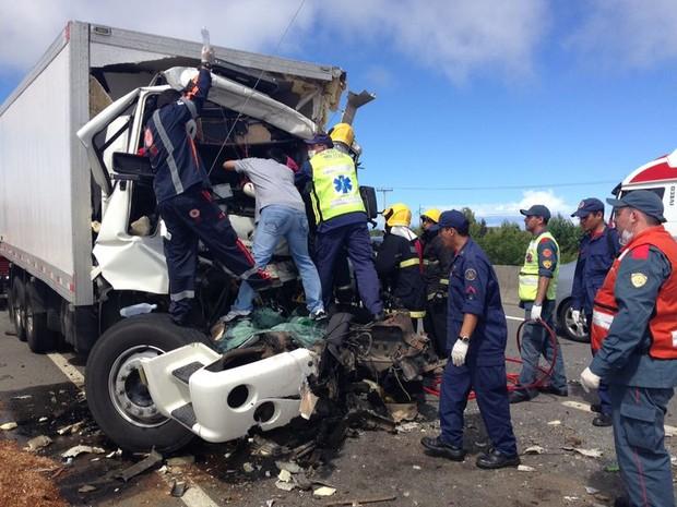 Helicóptero Arcanjo do Corpo de Bombeiros chegou a se deslocar para atender o acidente, porám a vítima faleceu antes que a equipe chegasse no local. (Foto: Gabriel Felipe/RBS TV)