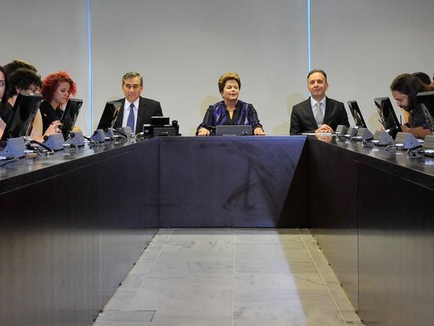 A presidenta Dilma Rousseff recebe integrantes do Movimento Passe Livre, no Palácio do Planalto. Participam do encontro os ministros da Secretaria-Geral da Presidência da República, Gilberto Carvalho; e das Cidades, Aguinaldo Ribeiro (Foto: Antonio Cruz/ABr)