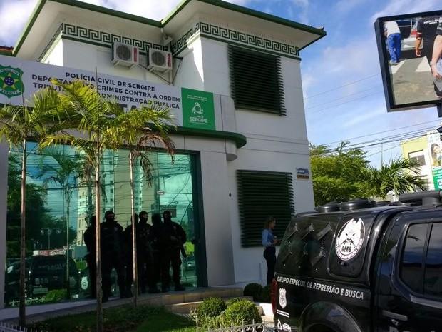 Cerca de 80 policiais participam de operação contra fraudes no IPTU (Foto: Denise Gomes/TV Sergipe)