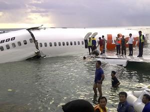 Passageiros deixam a aeronave após pouso forçado em Bali (Foto: AP/Equipe Nacional de Resgate da Indonésia)