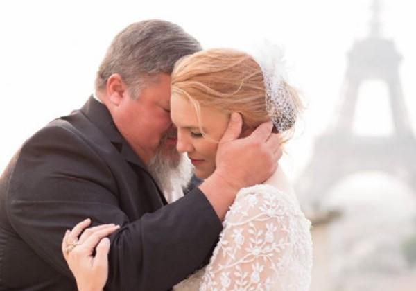 Pai e filha posaram juntos durante casamento (Foto: Reprodução/Facebook)