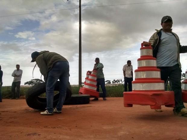 Cones são retirados de bloqueio em rodovia estadual no Espírito Santo (Foto: Kaio Henrique/ TV Gazeta)