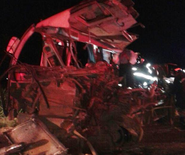 Micro-ônibus ficou totalmente destruído após choque com caminhão (Foto: Aplicativo TEM VOCÊ/Danilo Franco)