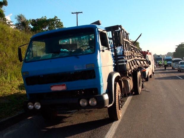 Caminhão envolvido na colisão transportava água mineral (Foto: Imagens/TV Bahia)