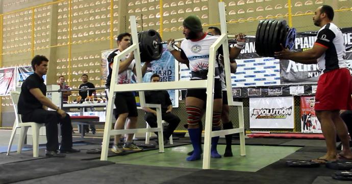 Atleta levanta 240kg, entorta barra de ferro e vira piada (Foto: Renan Morais)