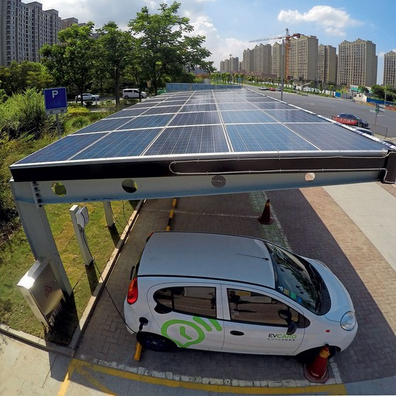 Painéis solares carregam um carro elétrico na China (Foto: Zhong yang/AFP)