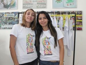 Jéssica Lima acompanha a mãe nos preparativos da caminhada  (Foto: Gilcilene Araújo/G1)