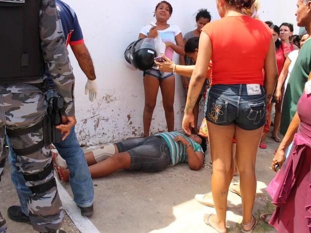 Mulher passou mal na porta do presídio e foi socorrida pelo Samu (Foto: Catarina Costa/G1)