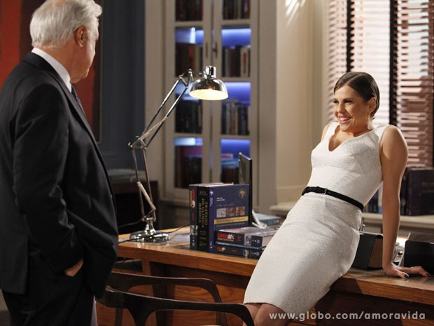 Edith deixa claro que tem ciúmes de Aline, por quem César abandonou Pilar (Foto: Amor à Vida/TV Globo)