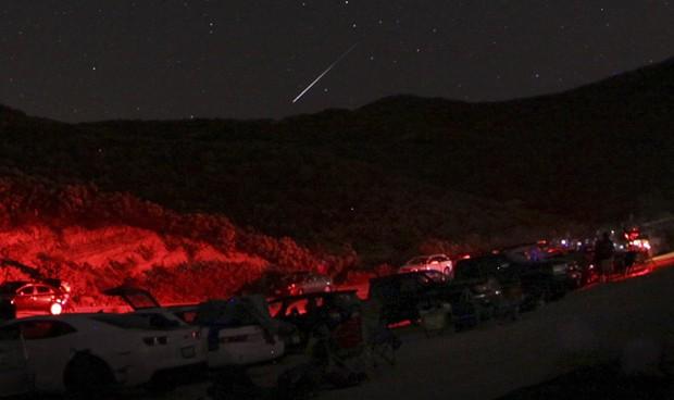 Meteoro é visto no norte de Costaic Lake, na Califórnia, na madrugada deste sábado; chuva de meteoros decepcionou (Foto: Reuters/Gene Blevins)