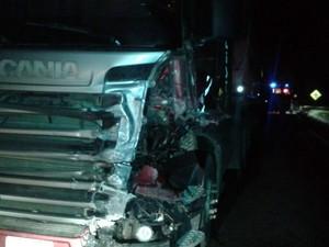 Carreta que colidiu de frente com o carro do cantor Renan Ribeiro (Foto: Reprodução EPTV)