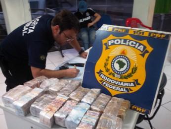 Dinheiro estava dividido em vários maços de cédulas de valores diferentes (Foto: Polícia Rodoviária Federal / Divulgação)