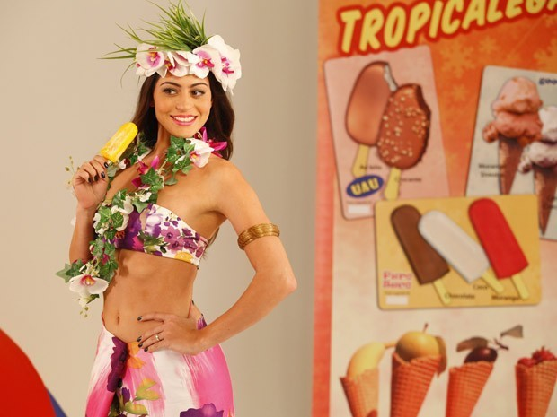 Jacira se veste de havaiana e faz ensaio escondida de Tobias (Foto: Divulgação/TV Globo)