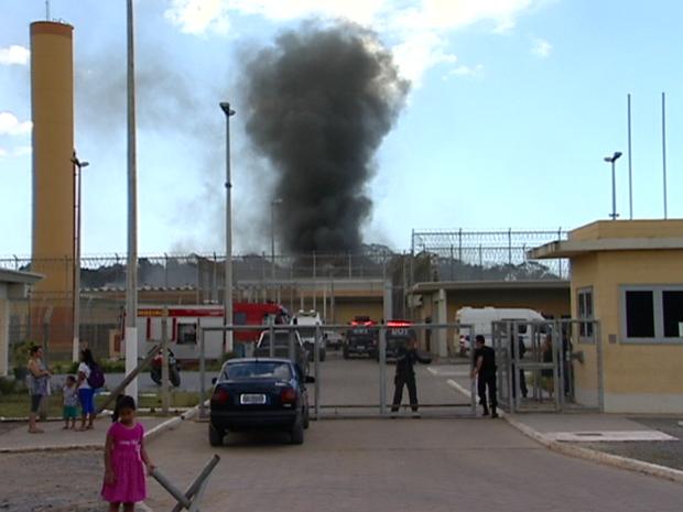 Presos colocaram fogo dentro da unidade prisional (Foto: Reprodução / TV Gazeta)