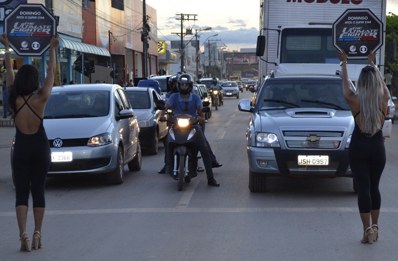 No sinal parado, as promotoras entravam em ação (Foto: Divulgação)