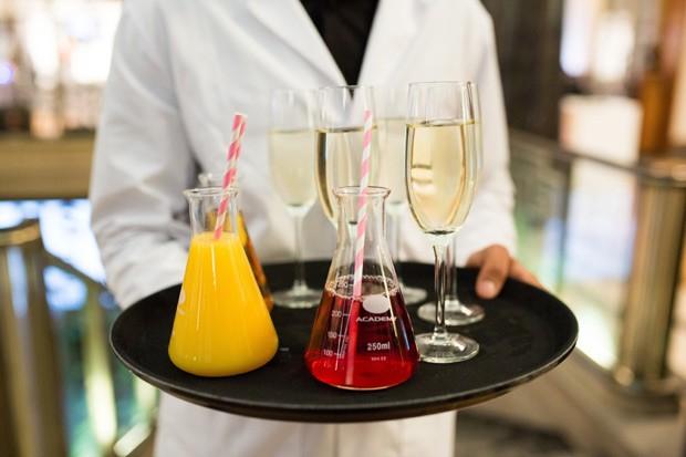 A decoração da cerimônia: sucos e drinques servidos em tudos de ensaio por garçons vestidos com jalecos (Foto: Divulgação / Lush Prize)