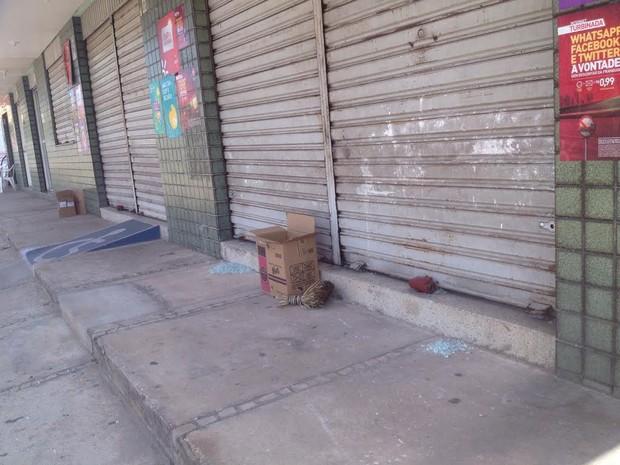 Farmácia onde ocorreu assalto amanheceu fechada nesta sexta-feira (18) (Foto: Catarina Costa/G1)