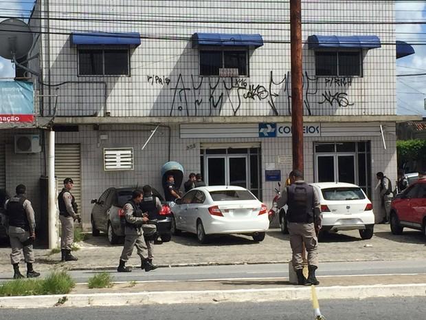 Polícias Militar e Federal negociavam liberação dos reféns na agência dos Correios de Cruz das Armas, em João Pessoa (Foto: Walter Paparazzo/G1)