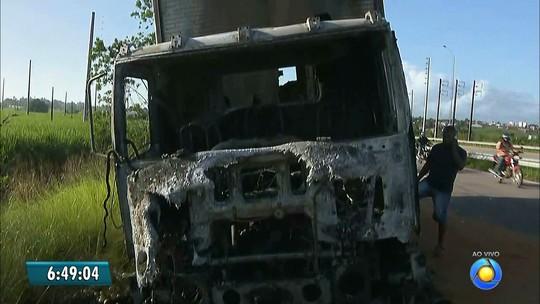 Caminhão carregado de cebola pega fogo na BR-101 em Santa Rita, PB
