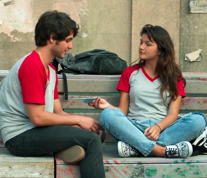 Luíza cria coragem e entrega carta a Lucas (Foto: TV Globo)
