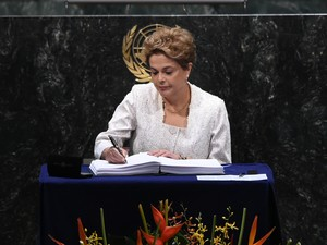 Dilma assina acordo do clima na ONU (Foto: Jewel Samad/AFP)