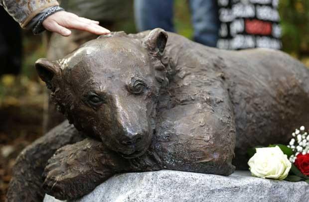 Mulher toca estátua do urso Knut no Zoológico de Berlim nesta quarta-feira (24) (Foto: AP)