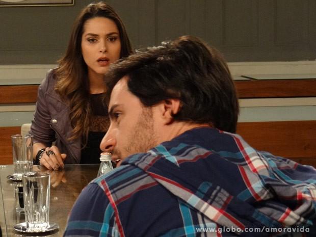 Leila fica chocada com ação de Thales (Foto: Amor à Vida/ TV Globo)