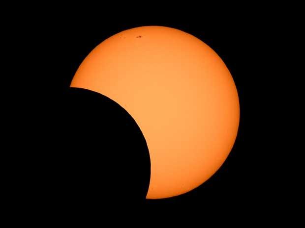 Lua atravessa na frente do sol em imagem do observatório de Sydney. (Foto: AFP Photo)