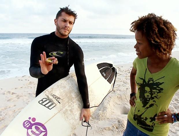 Klebber recolhe todo o lixo que encontra no mar (Foto: Reprodução SporTV)