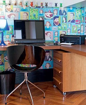 O meio painel de MDF revestido com papel de parede da marca holandesa Eijiffinger fez com que o escritório não passasse despercebido. Boa solução para viabilizar o papel de parede dos sonhos, pois a metragem é pouca. Projeto da arquiteta Andrea Murao (Foto: Lufe Gomes/Editora Globo)