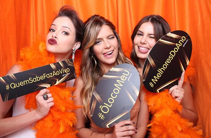 Agatha Moreira, Isabella Santoni e Camila Queiroz tiram fotos juntas (Foto: Gshow)