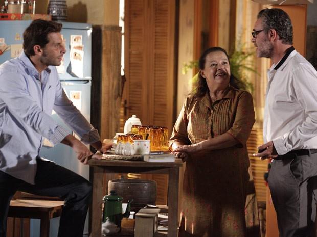 Cassiano avisa a Olívia que vai comprar um bar com Duque (Foto: Flor do Caribe / TV Globo)